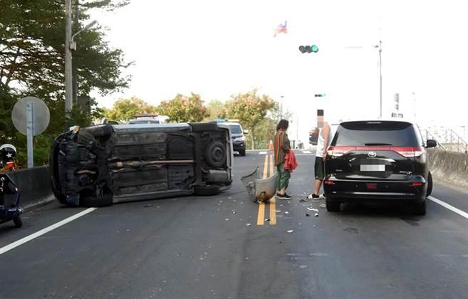 王男3日上午駕駛銀色廂型車,疑是轉彎不慎,撞上黑色廂型車後,自己也翻車。(霧峰分局提供/黃國峰台中傳真)