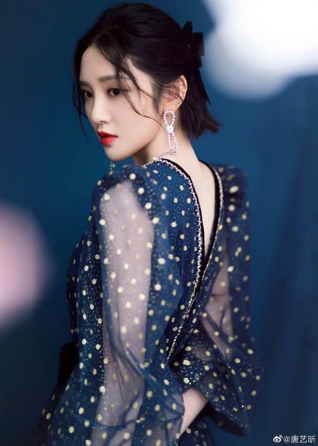 《甄嬛傳》「祺嬪」示範波點裙穿法 雙面V字剪裁成亮點(圖/摘自微博@唐艺昕)