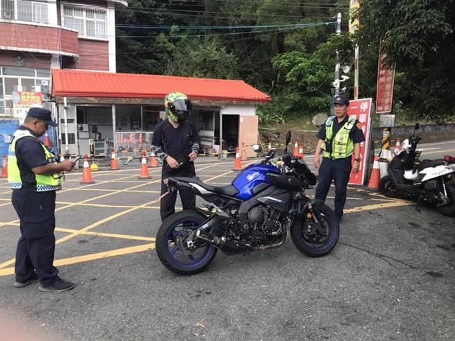 里港警方取締原鄉道路超速,今年以來共開罰超過1300件。(警方提供/林和生屏東傳真)