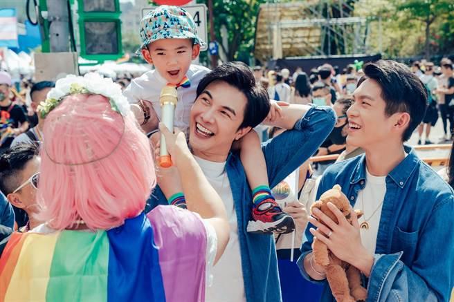 謝佳見與林輝瑝在同志遊行現場拍攝迷你劇《酷蓋爸爸》。(GagaOOLala提供)