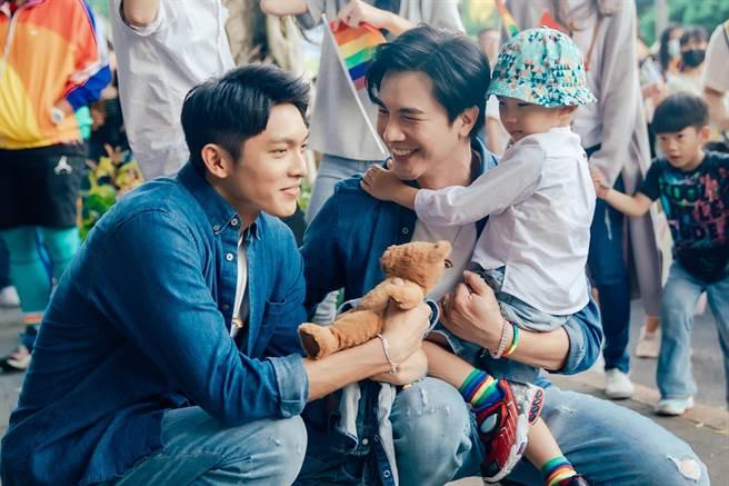 謝佳見與林輝瑝在迷你劇《酷蓋爸爸》中飾演透過代孕得子的「雙帥奶爸」。(GagaOOLala提供)