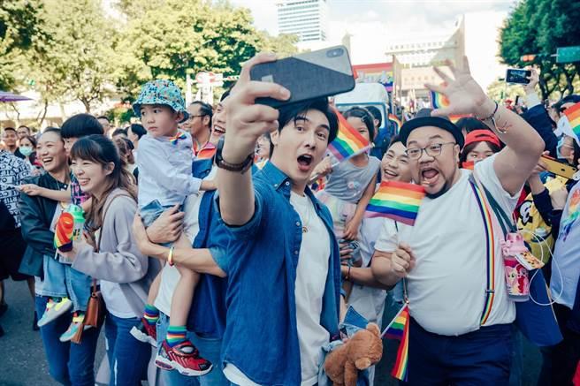 《酷蓋爸爸》演員,左起小8趙逸嵐、路嘉欣、林輝煌、謝佳見、網路紅人二哥、葉天倫。(GagaOOLala提供)