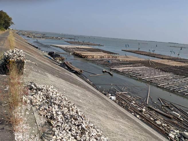 嘉義縣東石鄉舊漁港邊的堤外道路遇到漲潮時會完全被淹沒。(黃錫駒提供/張毓翎嘉義傳真)