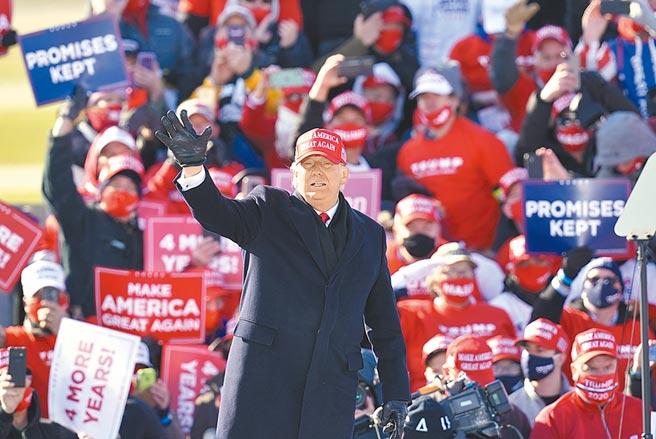 非典型美國總統川普,吸引一票死忠鐵粉,其中包括白人至上團體、新納粹與陰謀論組織、和力挺川氏「法律與秩序」的武裝民兵等,他們是捍衛川普的堅強力量。(美聯社)