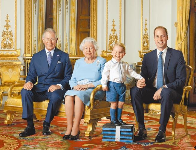 第2順位王位繼承人威廉王子(右一)傳出曾感染新冠肺炎,但因與其父─王儲查理王子(左一)感染時間接近,為避免社會擔憂,當時並未對外公布檢測結果。(美聯社)