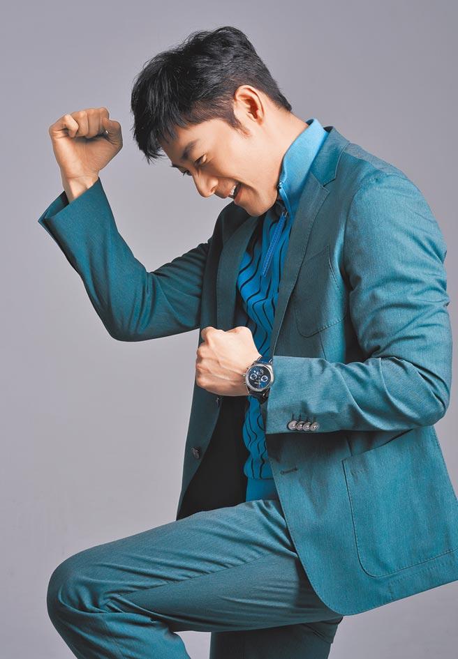 施易男說自己的搭配哲學,是厲害的配件就能撐住全場,佩戴浪琴表Master巨擘系列藍色面盤計時碼表,9萬3700元。(攝影/JOJ Photo‧服裝提供/Boss)