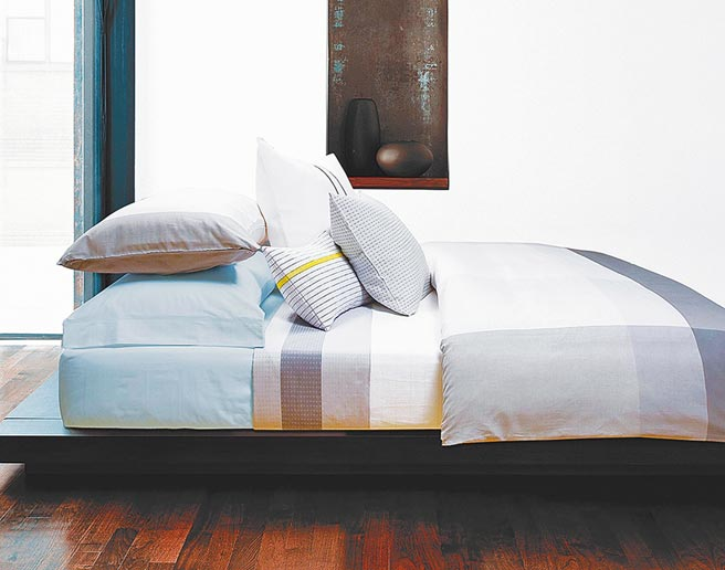 SOGO忠孝館CALVIN KLEIN Basic雙人四件式床包組+CK超細纖維雙人冬被+超細纖維枕1對,原價3萬5360元、特價1萬1800元,限量30組。(SOGO提供)