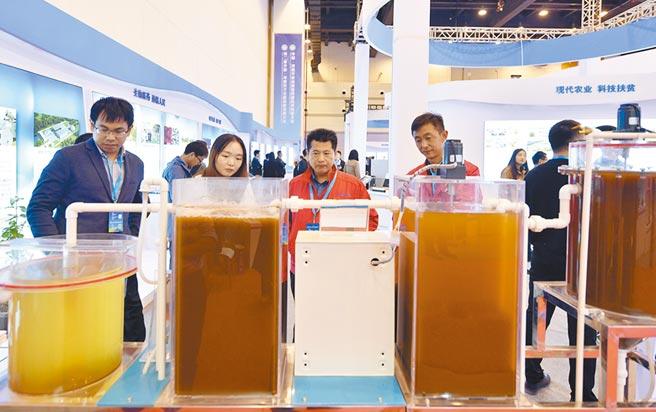 河南省以雙中心模式大力發展鄭州,圖為河南開放創新暨跨國技術轉移大會在鄭州登場,工作人員介紹汙水處理模型。(新華社資料照片)