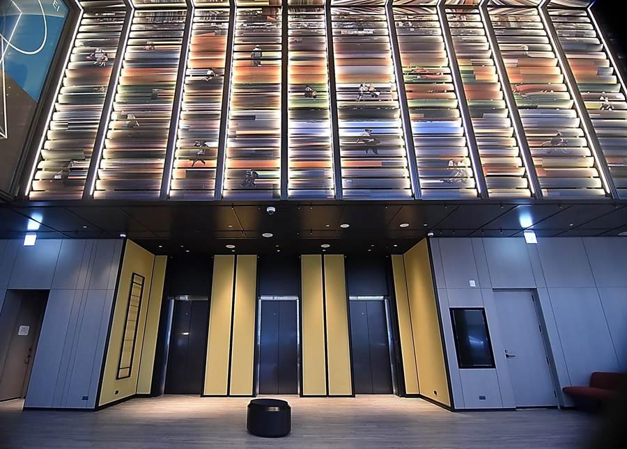 百葉數位影像「624 fragments」是利用狹縫掃描攝影技術(slit scan),蒐集大量飯店週遭的影像,以百頁為框、格柵中的畫面可微觀、也可宏觀。(圖/姚舜)