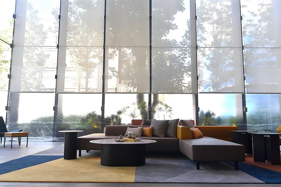 〈台北時代寓所〉大廳以大片落地玻璃將室外的景觀公園,以及室內台北旅人們溫暖的家連結,窗明几淨、光線穿透,將自然與人造的完美揉合。(圖/姚舜)