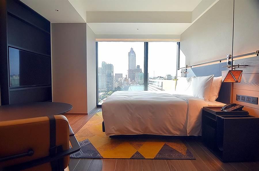 位在台北市中正區林森南路上的〈台北時代寓所〉,有一面高樓層客房可欣賞台北車站前新光摩天樓的景觀。(圖/姚舜)