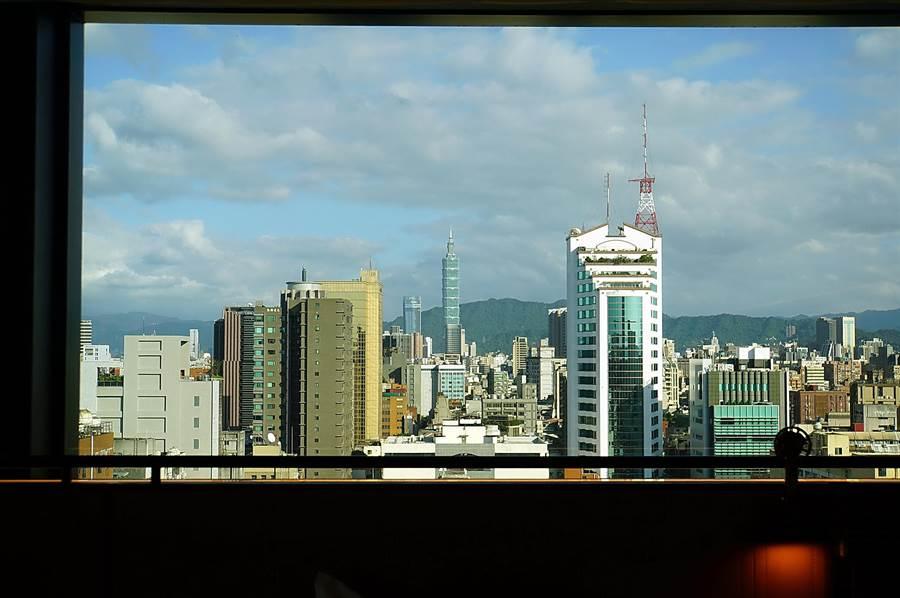 〈台北時代寓所〉客房的窗框宛如畫框,「框」住了台北101大樓景觀,客房內可直接遠眺跨年煙火。(圖/姚舜)