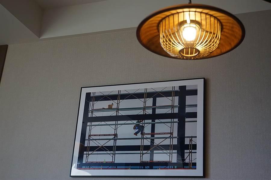 〈台北時代寓所〉客房收藏了台灣藝術家李銘星的作品,作為客房裝飾藝術。(圖/姚舜)
