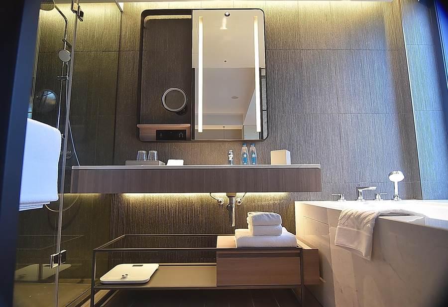 〈台北時代寓所〉所有房型的淋浴間、浴缸與浴室皆為獨立空間,並一律採用免治馬桶。(圖/姚舜)