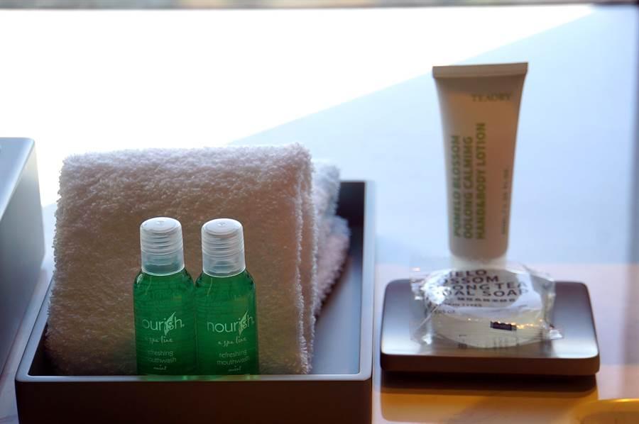 〈台北時代寓所〉淋浴間內的沐浴備品是以茶為本的在地保養品牌「一日茶道TEAORY」。(圖/姚舜)