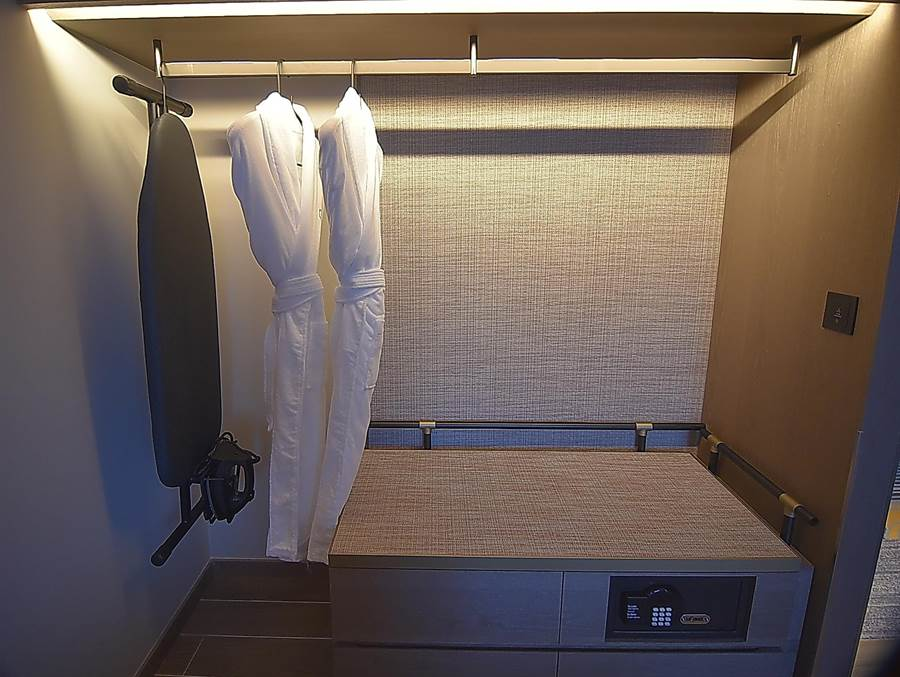 〈台北時代寓所〉所有客房均配置電子保險箱、熨斗及熨衣板。(圖/姚舜)