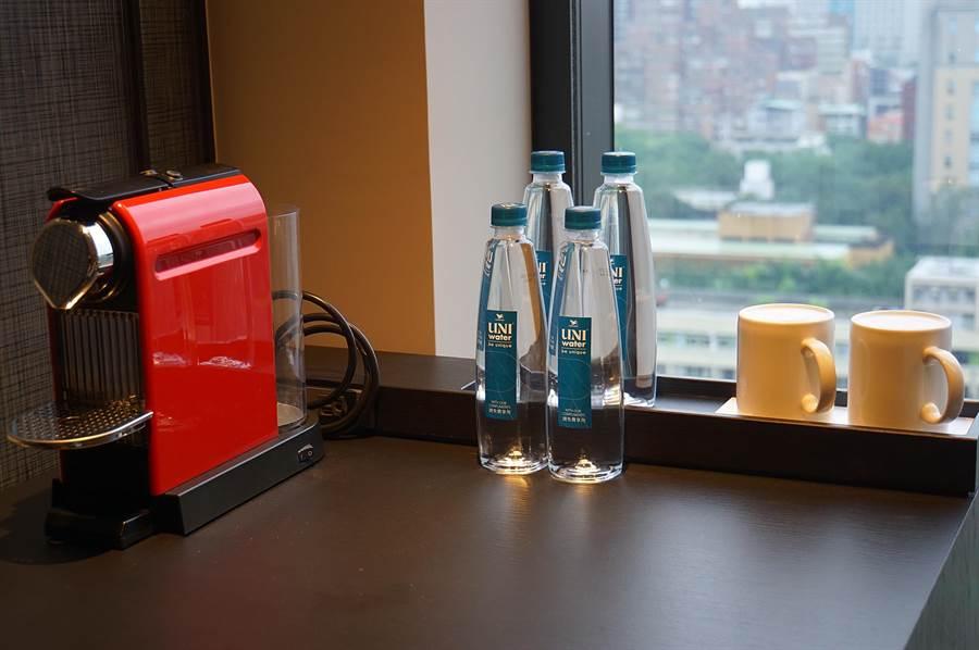 〈台北時代寓所〉客房迷你吧與冰箱櫃,均配有方便操作的煮茶快煮壺與膠囊咖啡機。(圖/姚舜)