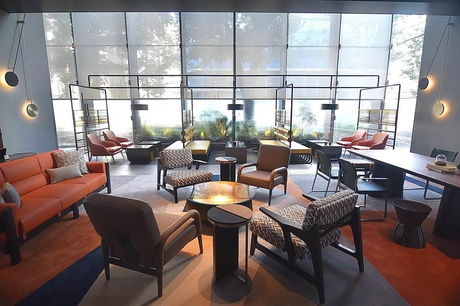 〈台北時代寓所〉大廳挑高,空間寬敞舒適,公共休憩區非常時尚摩登。(圖/姚舜)