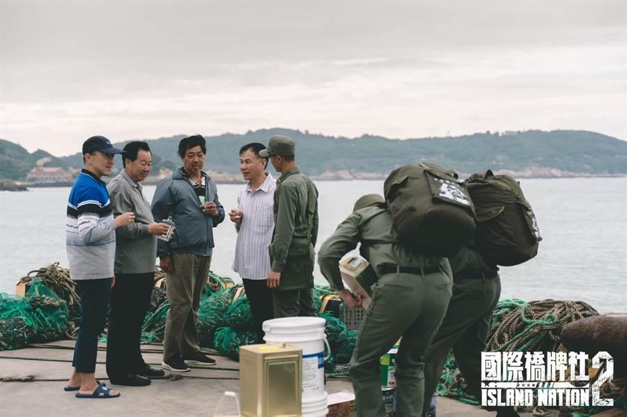 连江县议长张永江(左2)、福沃村村长陈泰英(左3)、连江县县长刘增应(左4)参与拍摄。(国际桥牌社提供)