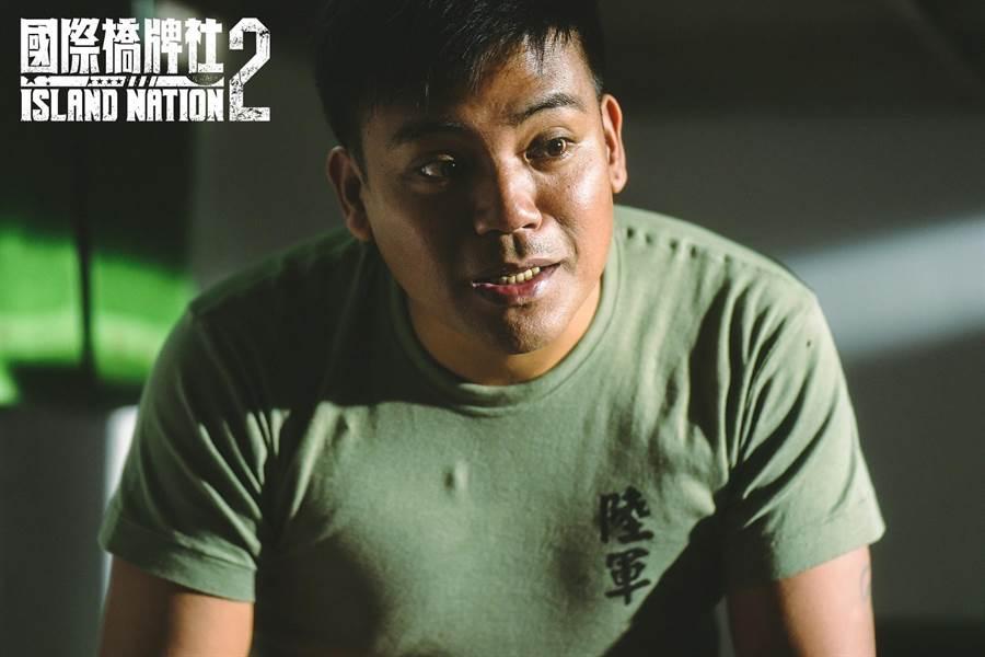撒基努饰演下士副砲长。(国际桥牌社提供)