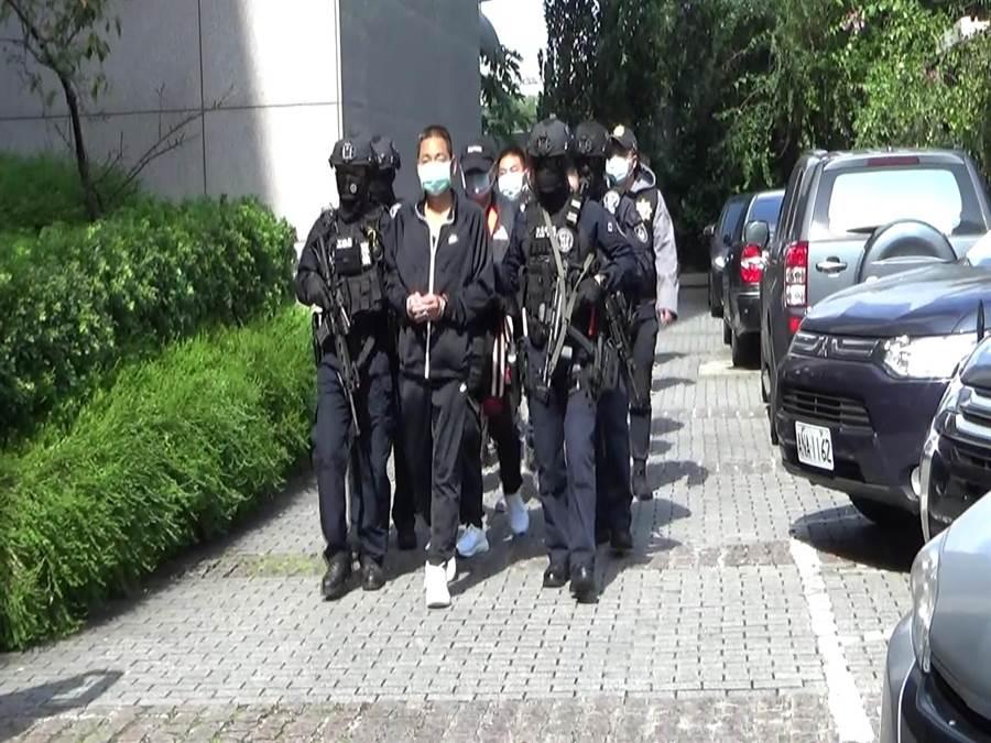 警方將朱嫌等7人拘捕到案,2日下午移送北檢複訊。(翻攝照片/林郁平台北傳真)