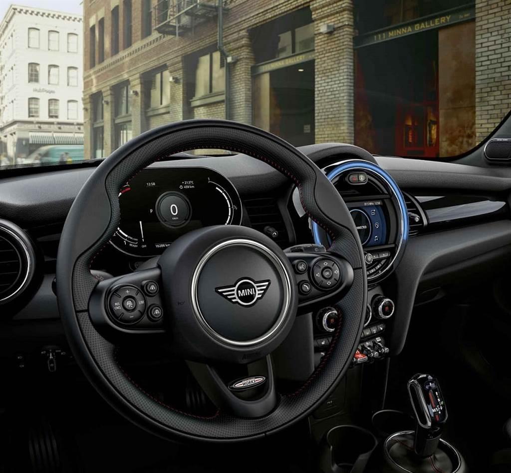 MINI Cooper S傳奇致敬版升級JCW跑車式真皮方向盤。