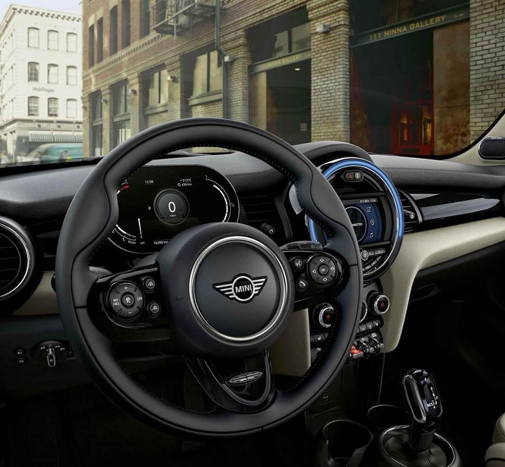 MINI Cooper精工典藏版升級MINI Yours跑車式真皮方向盤。