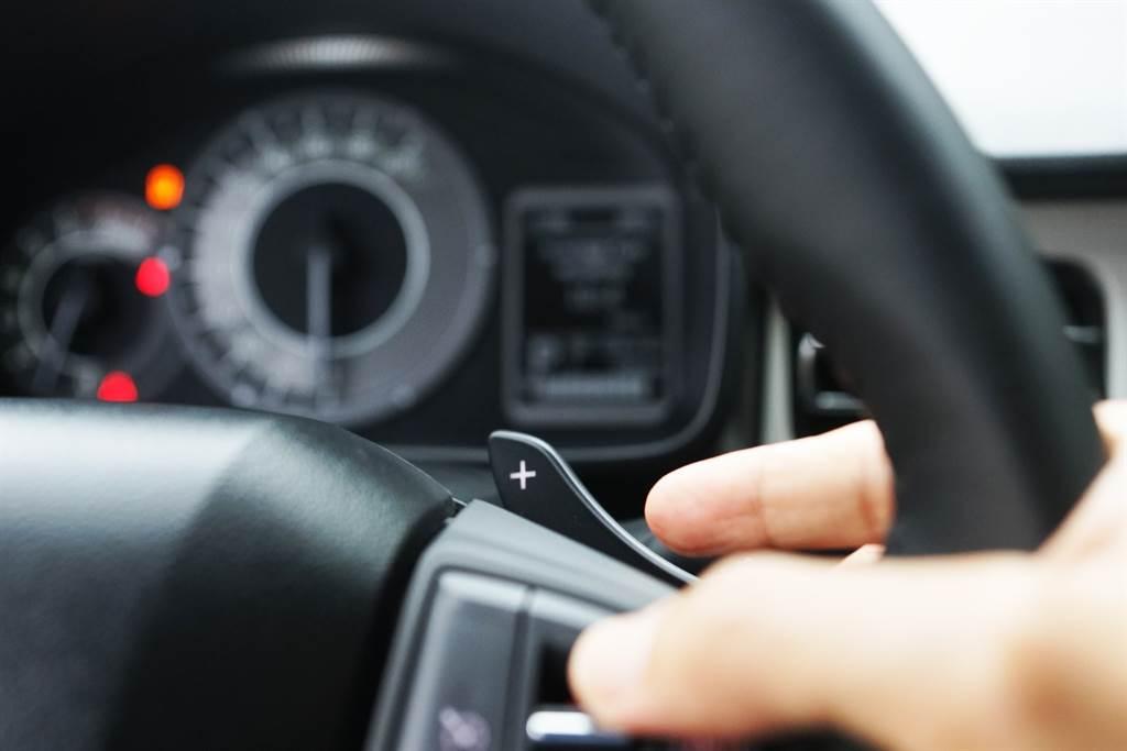 方向盤3、9點位置後方新增配置了換檔撥片,提供更實用與更高自主性的駕馭樂趣。