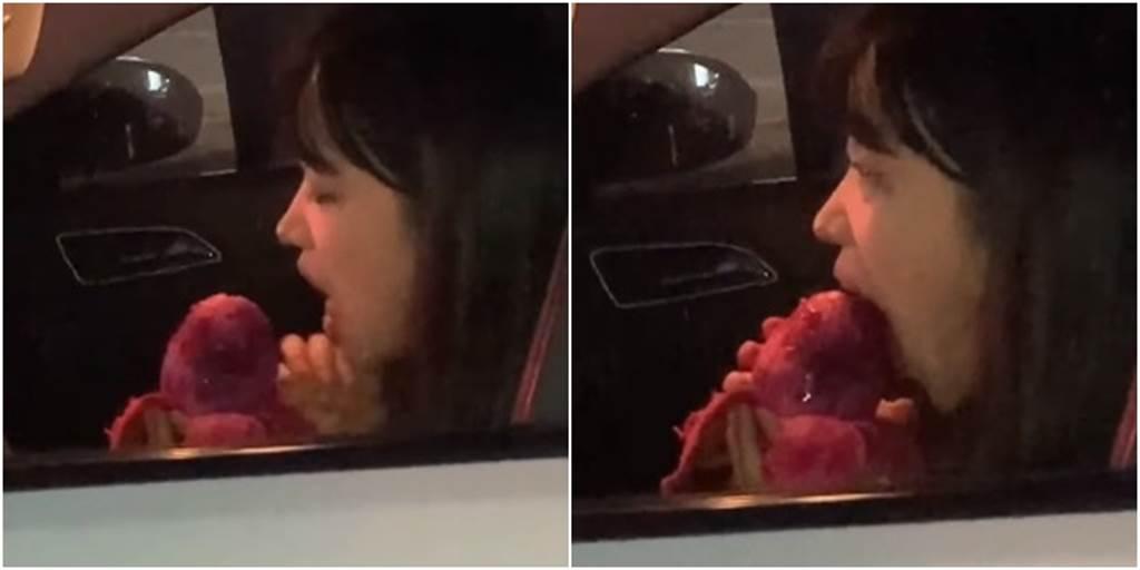 一名正妹在轎車上一口咬下火龍果,引發網友熱議。(圖/翻攝自《JKF 紅燈區2.0》)