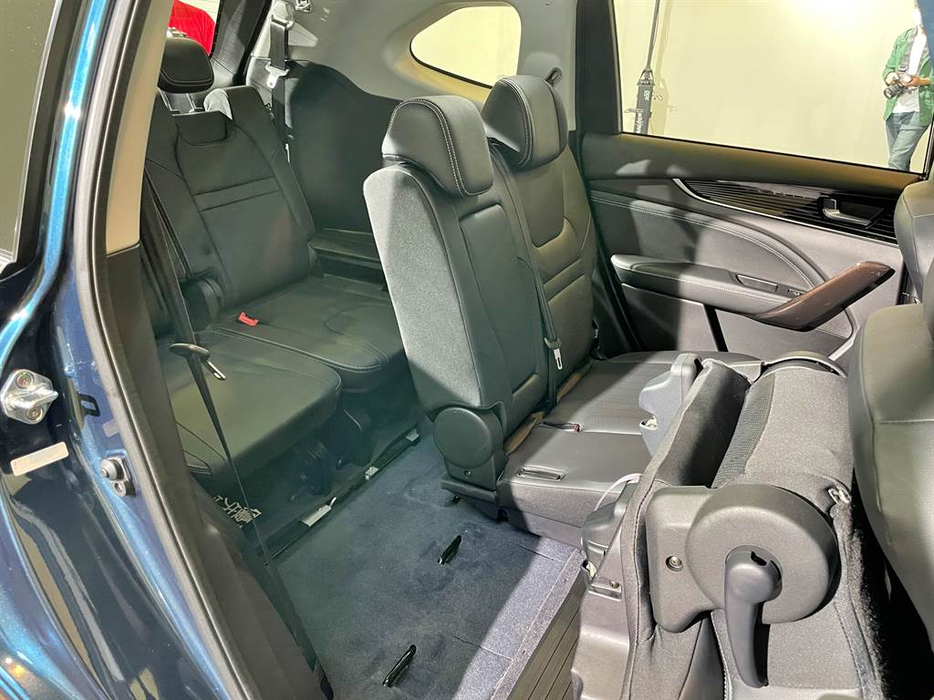 第二排具備一鍵翻折椅背,讓第三排乘客可輕鬆進出。