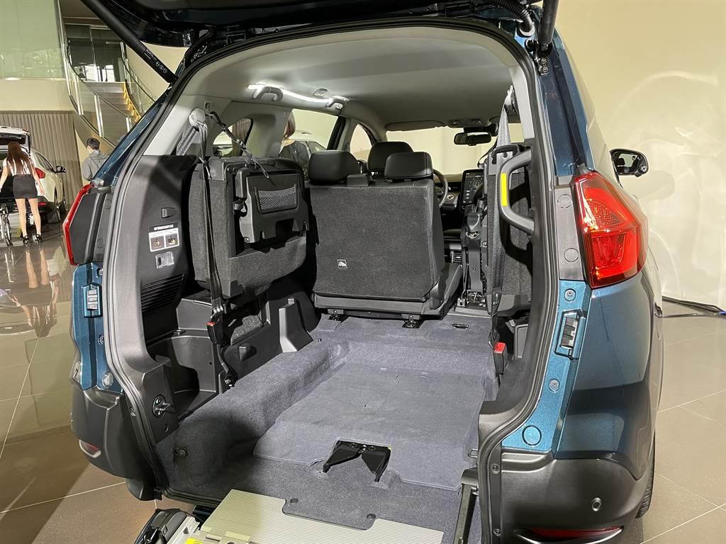 後廂搭載「便利伸縮式斜坡板」與「平整化空間設計」,兼顧休閒與日常生活應用的設計。