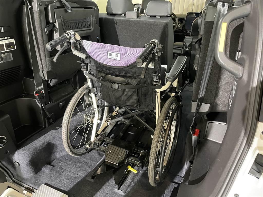 第三排座椅採用側翻收折,收折後的空間搭配伸縮斜坡板,可輕鬆載運輪椅,並且具備快扣固定裝置,7秒就能幫助行動不便的乘客上下車。