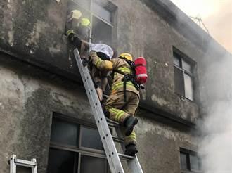 高雄彌陀民宅火警 消防人員緊急搶救受困民眾