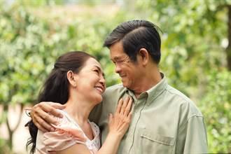 82歲老翁第3次結婚 見對方「嘴角胎記」驚:失散60年結髮妻
