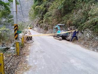 中橫便道路基掏空電桿倒 下午初步搶通僅供小車通行