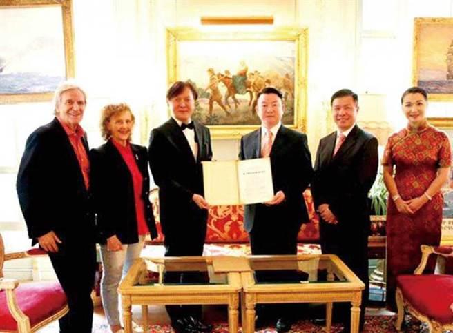 林達光(左3)的「畢加索集團」授權業務做得有聲有色,3年前更拓展到房地產界,推出豪宅計畫。(圖/翻攝自畢加索城市花園臉書)