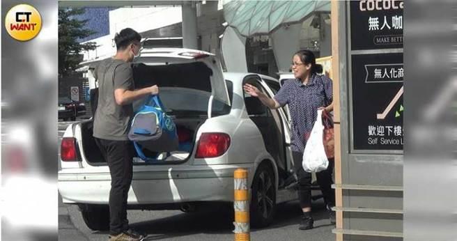 丁大成的行政官不但得接送丁家人去機場,還得幫忙監工裝潢、與包商討錢。(圖/本刊攝影組)