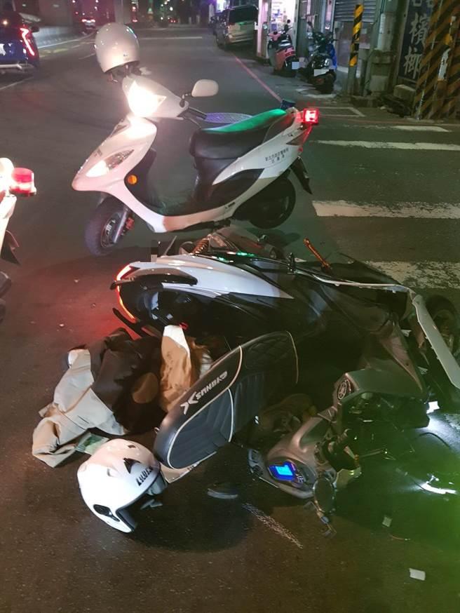 陳男騎機車在路口撞上左轉計程車後一度陷入昏迷,後座的女友也擦傷送醫。(翻攝畫面/李俊淇新北報導)