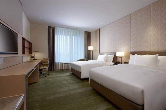 搶雙11商機,台北六福萬怡酒店推出「夜不眠住房專案3,599元」,於平日18點後,雙人入住卓越客房,再送大廳酒吧400元以內的宵夜或調酒2份。圖/六福旅遊集團提供