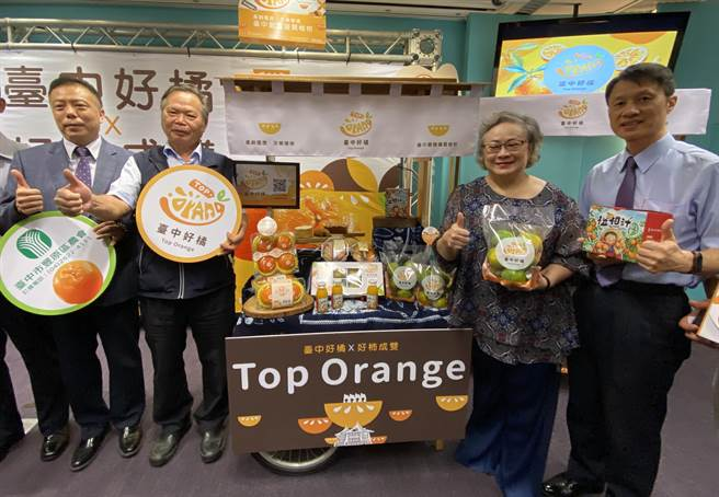 台中市農業局為好吃的柑橘、甜柿,成功推廣到大型量販店,賣場特別打造「台中好橘好柿成雙」水果專區。(盧金足攝)
