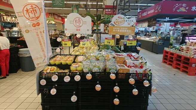 台中市農業局為好吃的柑橘、甜柿,成功推廣到大型量販店,賣場特別打造「台中好橘好柿成雙」水果專區。(台中市府提供/盧金足台中傳真)