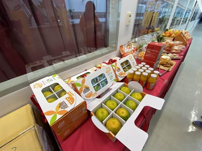 台中市的柑橘與甜柿在全台量販店與電商網站快速供應,目前包括家樂福、愛買量販店上市,規畫台中水果專區。(盧金足攝)