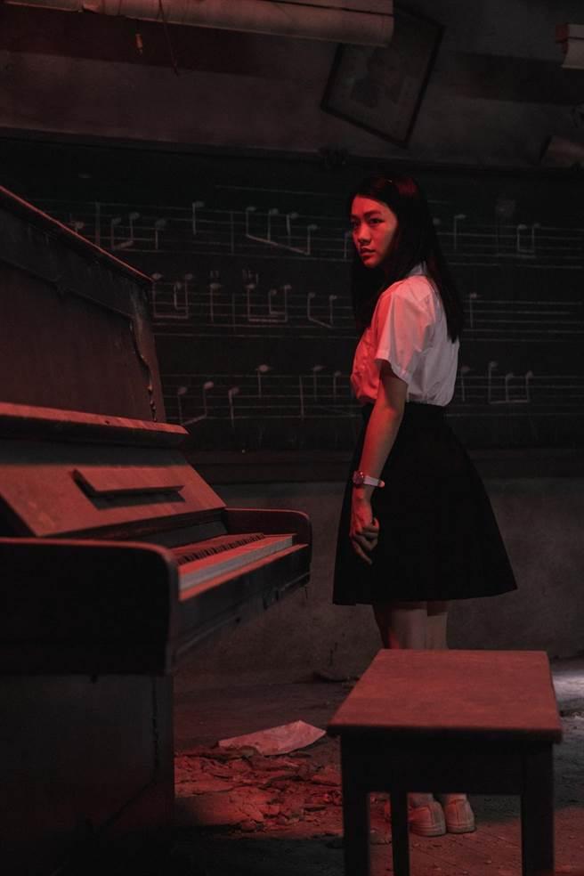 《返校》影集讓「返校宇宙」更加完整,圖為飾演影集新角色學妹劉芸香的李玲葦。(公視提供)