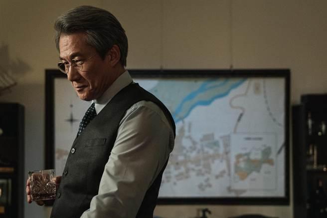 實力派華裔演員羅光旭飾演的「沈敬校長」在翠華中學掌權近三十年。(公視提供)