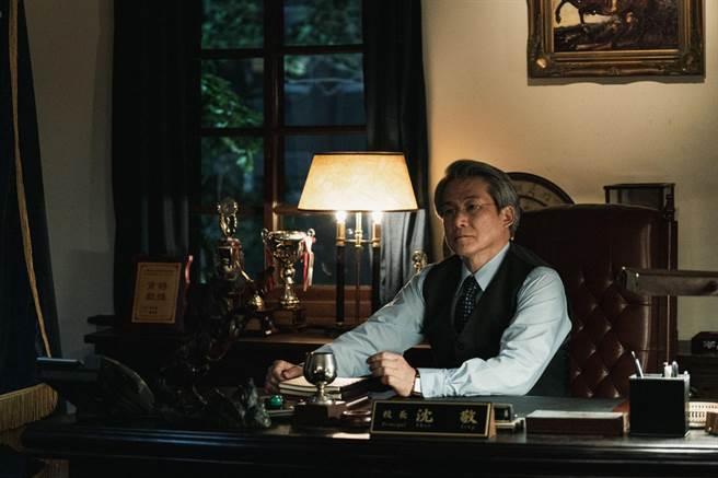實力派華裔演員羅光旭飾演90年代翠華中學「沈敬校長」。(公視提供)