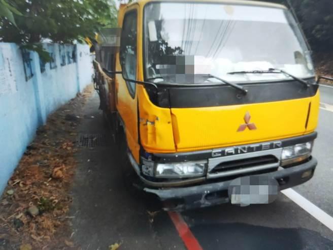 機車與小貨車碰撞後自小貨車右前方板金掉漆、凹陷。(太平警分局提供/馮惠宜台中傳真)