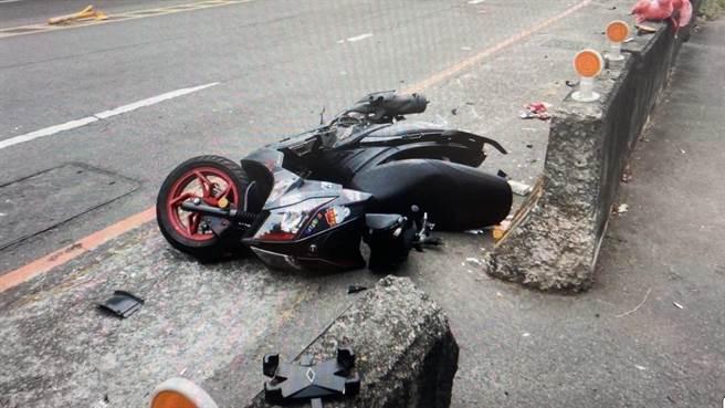 機車碰撞後車頭全毀。(太平警分局提供/馮惠宜台中傳真)