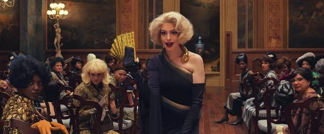 安海瑟葳主演奇幻冒險片《女巫們》。(華納兄弟提供)