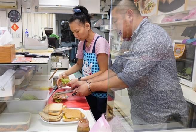 李老闆堅持選用新鮮食材,提供給客人最營養早餐。(照片/游定剛 拍攝)