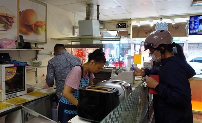 早餐時刻店員忙點餐、備料,購買人潮絡繹不絕。(照片/游定剛 拍攝)